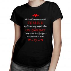 Această femeie minunată este ocupată de un bărbat - T-shirt pentru femei
