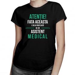 Atenție! Fata aceasta e deja protejată de un asistent medical - T-shirt pentru femei